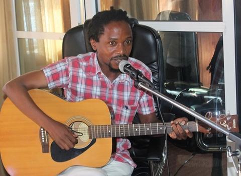 Le Musicien Albert Kulu, en train de chanter une chanson composée sur place, pour la lutte contre les fistules obstétricales. Photo UNFPA Burundi/ Queen BM Nyeniteka
