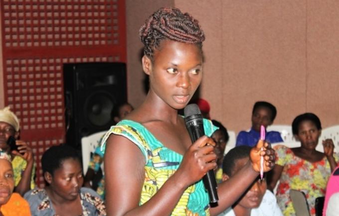 Claudine Irakoze partageant son expérience; Photo UNFPA Burundi / Queen BM Nyeniteka