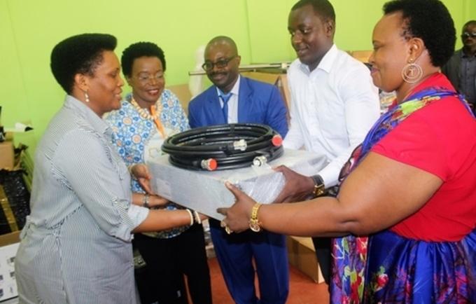 Remise d'équipements radio par UNFPA à la Fondation Buntu